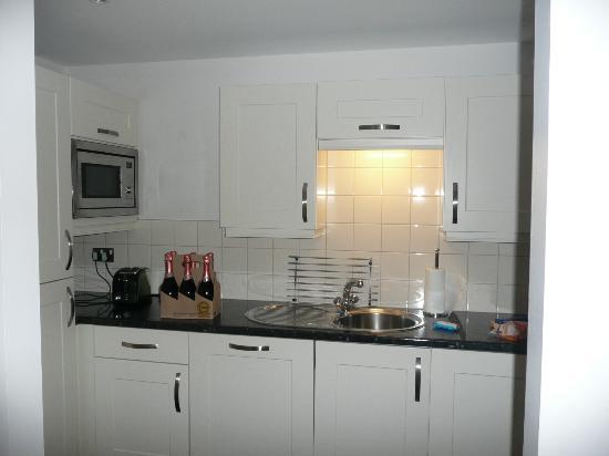 Liberty Wharf Apartments by BridgeStreet: kitchen