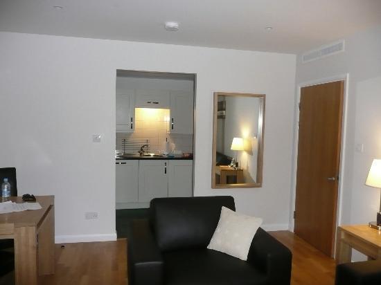 Liberty Wharf Apartments by BridgeStreet: lounge thro to kitchen