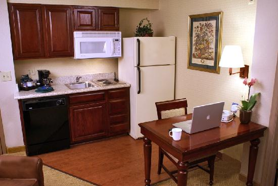 Homewood Suites by Hilton Baltimore-BWI Airport: Full Kitchen with dishware for four