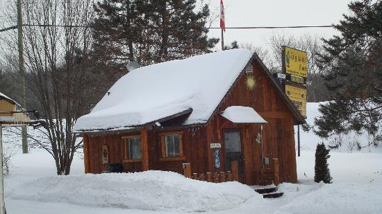 The Highlands Motel & Lodge: The stand alone 2 bedroom cabin with kitchen