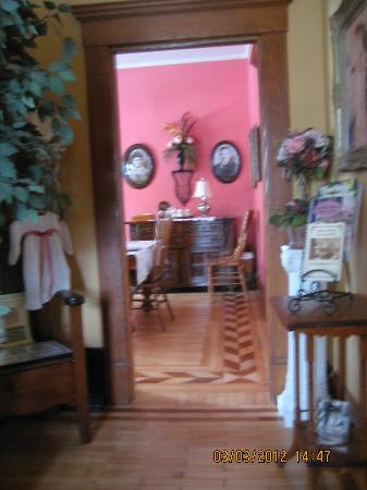 Franklin Inn on Durkee: Hall into the dining room, abit fuzzy