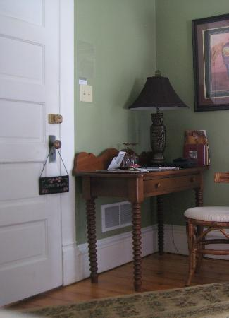 Franklin Inn on Durkee: The Shangri-La room, entry door and desk