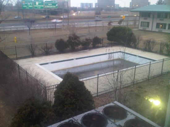 Chicago O'Hare Garden Hotel: Are You Kidding? 1 -- Hotel Grounds