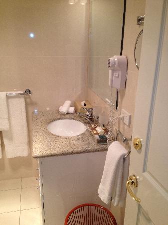 Clarion Hotel City Park Grand: Bathroom