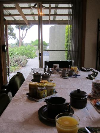 Pelican Bay B & B : Breakfast while enjoying the view and birds singing