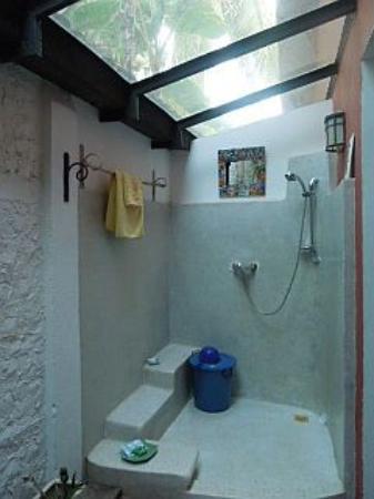 Ombrelle & Kimono Boutique Hotel: Open air bathroom