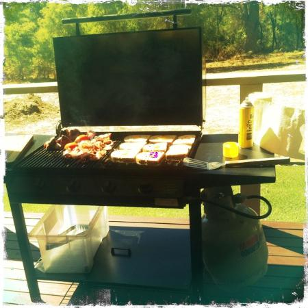 Acacia Chalets & Margaret River Beach Studios: BBQ breakkie on the deck!