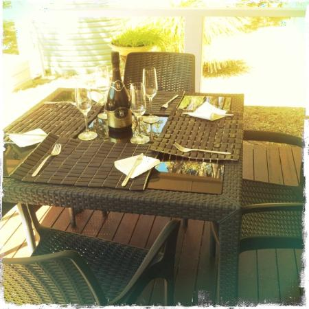 Acacia Chalets Margaret River: Perfect setting for a champagne bbq breakfast!