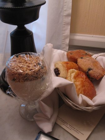 Inn at Gristmill Square: Breakfast-yogurt and pastries