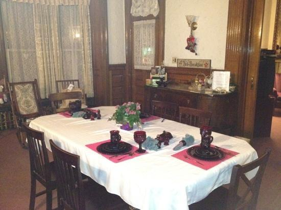 Olde Judge Mansion: breakfast area with home made cooking !!!