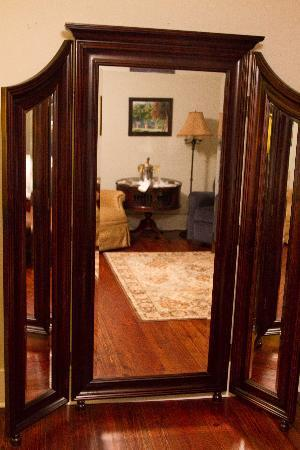 Isabelle Inn Bed & Breakfast: Mirror in the room