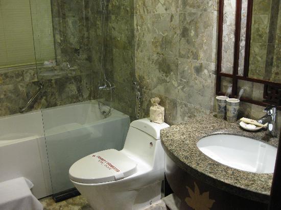 Essence Hanoi Hotel & Spa: とてもきれいなバスルーム、湯量も十分