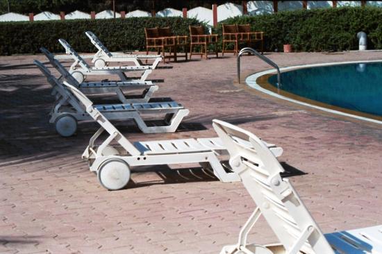 Sugati Beach Resort: Pool side