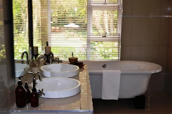 Leaves Signature Guest House: Bathroom view