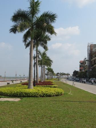 Sisowath Quay: Beautifully manicured