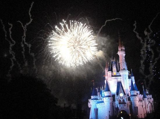 Happily Ever After Fireworks: Espectacular...