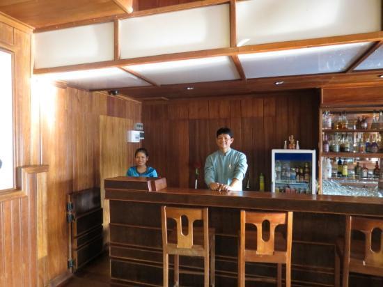 Ta Prohm Hotel: Friendly Bar Staff