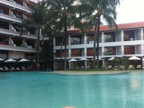 Patong Beach Hotel: large pool