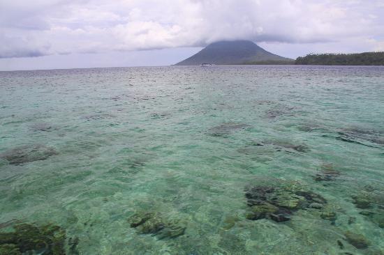 Bunaken Island Resort: Crystal clear waters surround Bunaken