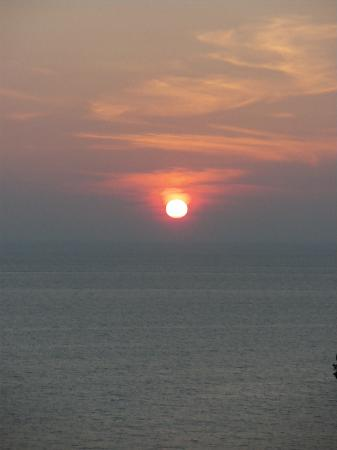 Secret Cliff Resort: Phuket sunset from the balcony