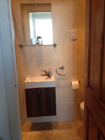 Fionn Fraoch: clean & modern bathroom