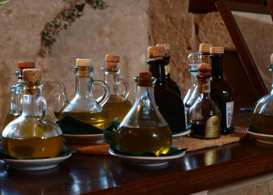 Agriturismo Podere San Lorenzo: The olive oils in the dining room.