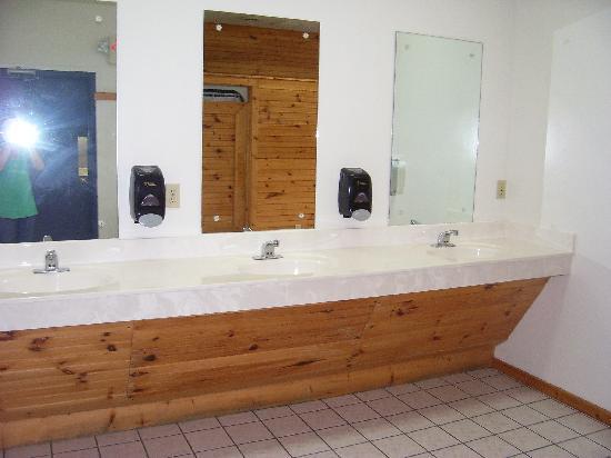 Foothills RV Park & Cabins : bathroom
