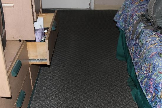 Shining Light Inn & Suites: DIRTY RUG