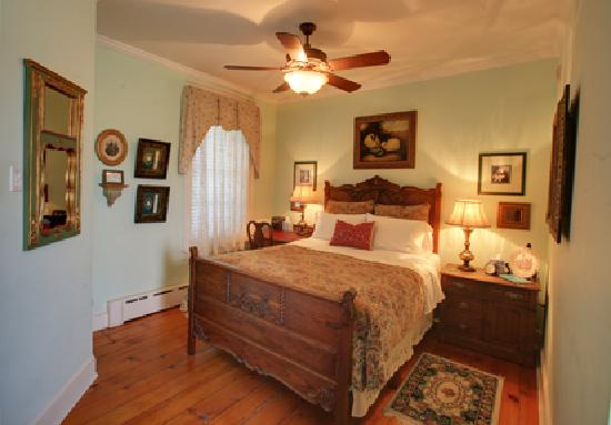 EJ Bowman House Bed and Breakfast: Witmer room...the 2nd owner's name