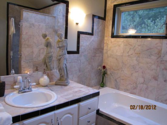 Bella La Vita Inn: Our beautiful bathroom!