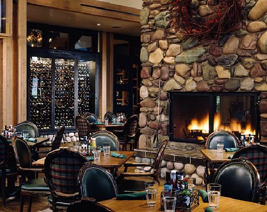 Grouse Mountain Lodge: Logan's Bar