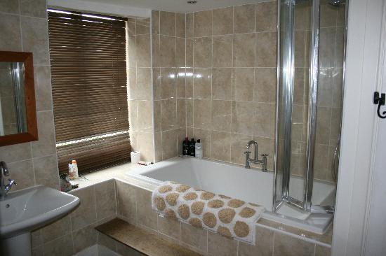 Kendal House: bathroom