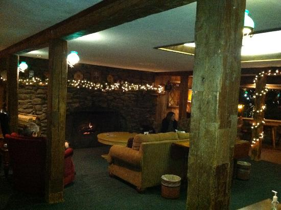 Summit Lodge & Resort: Cozy lounge with fire place