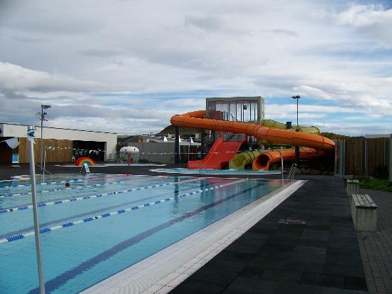 Lagafellslaug in Mosfellsbaer: The pool and the pool slide