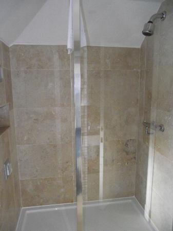 Aaron Lodge : Shower room 4