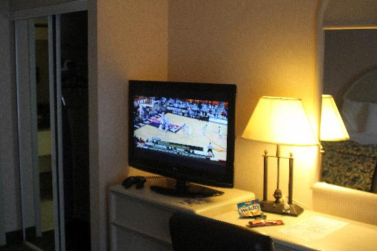Chapel Hill University Inn: TV, dresser