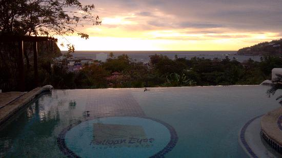 Pelican Eyes Resort & Spa: Sunset by the lower infinity pool