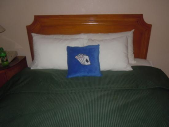 Fortune Hotel & Suites : Maid made my bed up with my cushion lol :)