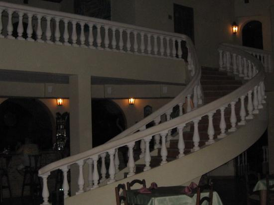 Hotel Delfin Beachfront Resort: Grand Staircase