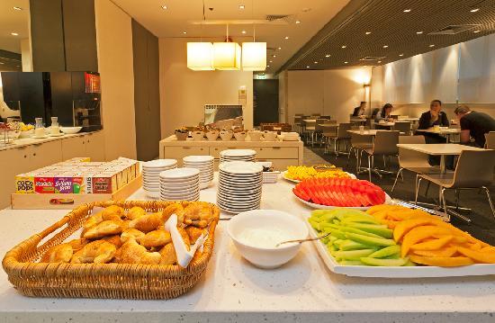 Causeway Inn On The Mall: Breakfast Room - Continental Buffet Breakfast