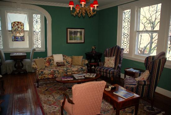 Annapolis Royal Folly: Comfy sitting room!