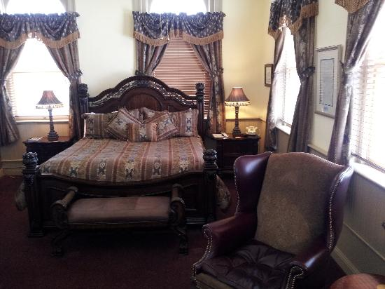 Carr Manor: Comfortable king size bed