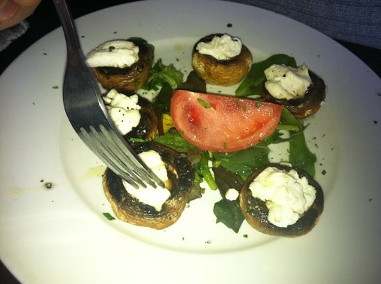 Piazzetta Trattoria: goat cheese stuff in mushrooms