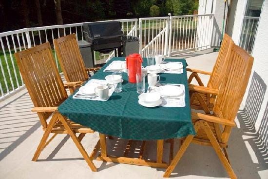‪‪Bare Creek Bed & Breakfast‬: Join us for breakfast on the sundeck!‬