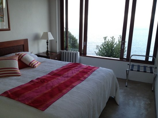 Clifftops Luxury B&B: king size bed with spectacular water view