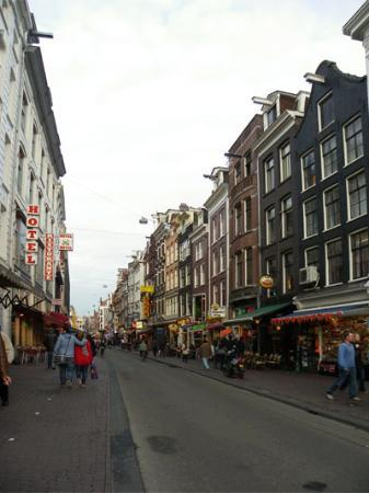 Doria Hotel Amsterdam: The street in front of the hotel