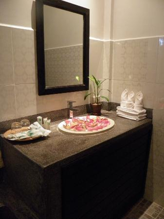 The Moon Boutique Hotel: The toilet is decorated with flowers upon our arrival