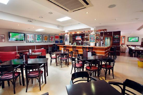 Browns Sports & Leisure Club: Sports Bar
