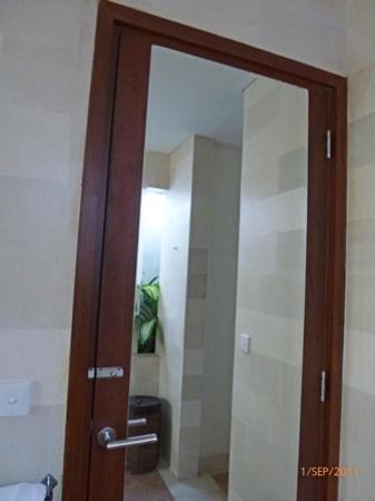 سابا فيلا: ugly old door with rusty lock