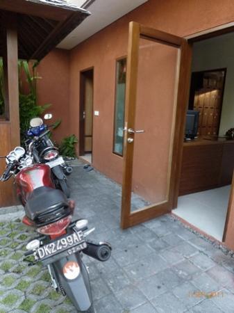 سابا فيلا: reception - hardly!! more like a garage